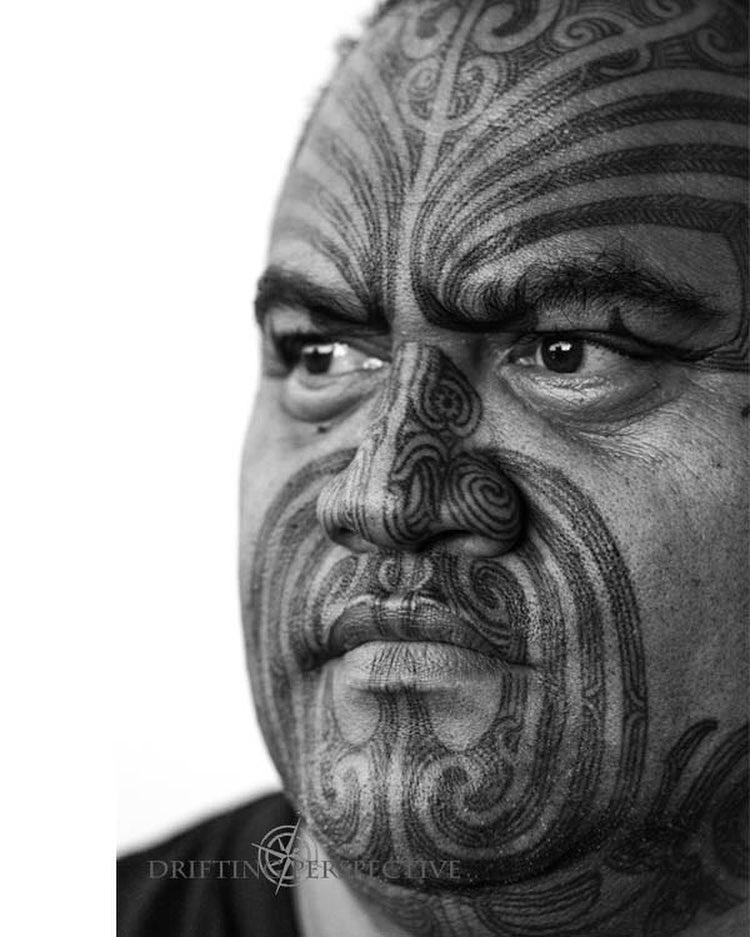 Arekatera Maihi (of Ngāti Whatua and Ngāpuhi descent). Taa moko artist, wood carver, designer. Image Credit: Drifting Perspective.