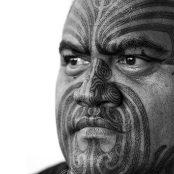 Arekatera Maihi (of Ngāti Whatua and Ngāpuhi descent). Taa moko artist, wood carver, designer. Image Credit: Drifting Perspective.